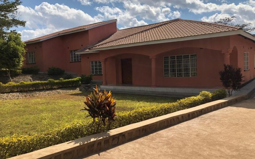 Area 10 standalone house for rent 4 bedrooms 2 en-suite sitting and dining separate