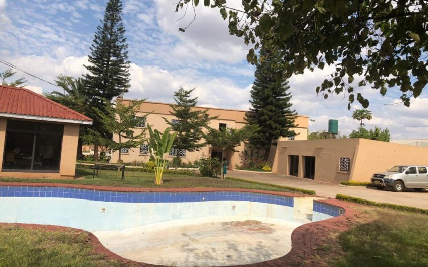 9 bedroomed house with swimming pool for rent could be used as offices